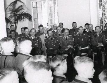 SS-officieren luisteren naar zingende pupillen van de Reichsschule Valkenburg, 6 juli 1943 (Publiek Domein - wiki)