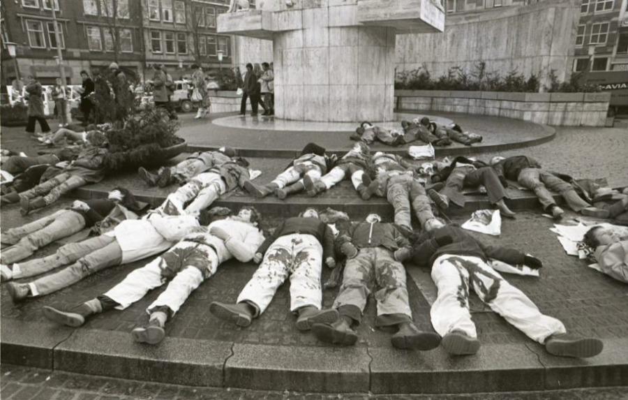 Voor Nationaal Monument op de Dam in Amsterdam demonstreerden vrouwen in december 1980 liggend tegen het aannemen van de Abortuswet (wiki - Anefo / Croes)