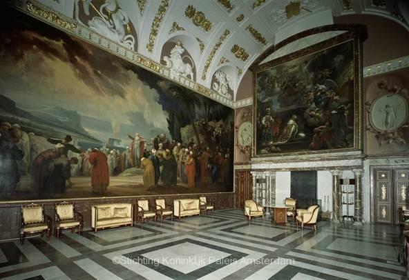 De Vroedschapszaal. Te zijn onder meer het schilderije 'Mozes kiest de 70 oudsten' (1658) van Jacob de Wit en 'Salomo's gebed om wijsheid' (1658) van Govaert Flinck. Bron: Stichting Koninklijk Paleis Amsterdam
