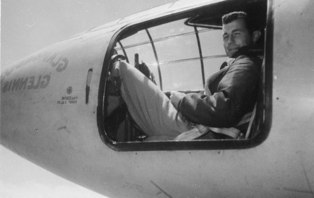De Amerikaanse piloot in zijn vliegtuig