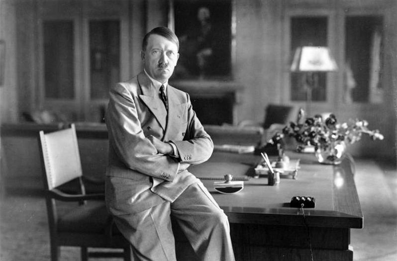 Hitler in zijn werkkamer in de Berghof (1936)