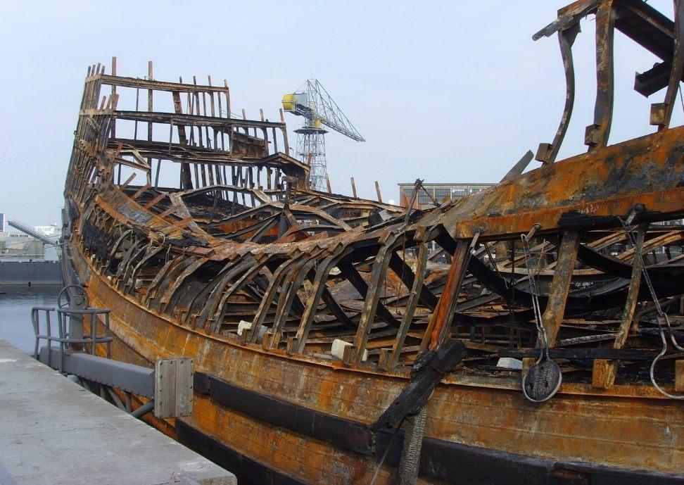 De overblijfselen van het nagebouwde schip nadat het op 30 juli 2009 vrijwel volledig uitbrandde. (CC BY-SA 3.0 - Vic van Werkhooven - wiki)