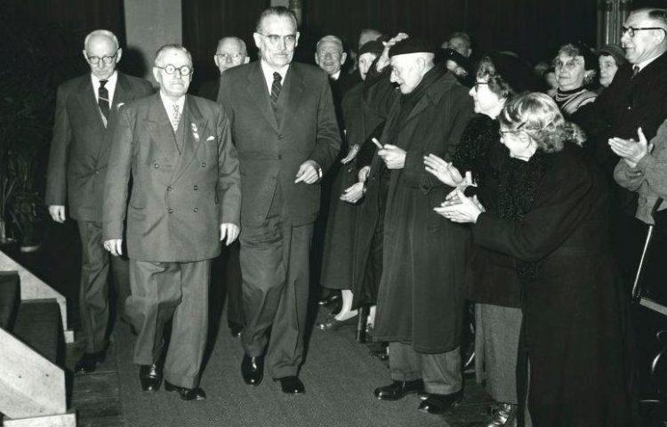 Bejaarden vieren de invoering van de Algemene Ouderdomswet (AOW). Applaus voor minister Drees. 1956. (CC BY-SA 3.0 nl - Spaarnestad - Anefo - wiki)