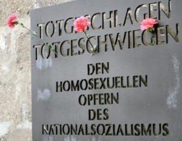 Plaquette ter herinnering aan homoslachtoffers in concentratiekamp Sachsenhausen (CC BY-SA 3.0 - wiki)