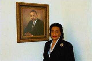 Coretta Scott King voor een portret van haar echtgenoot, 2004 (Publiek Domein - wiki)