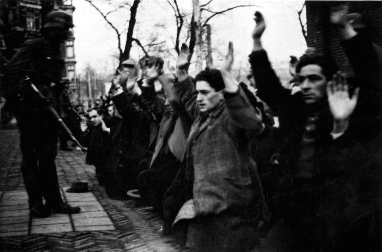 Joodse Amsterdammers worden onder schot gehouden op het Jonas Daniël Meijerplein in Amsterdam.