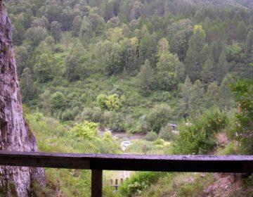 Een opname van de Denisovagrot aan de rivier Anoej, rayon Solonesjnoje, kraj Altaj (CC BY-SA 3.0 - wiki)