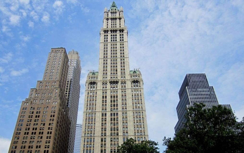 Woolworth Building in New York, gezien vanuit het City Hall Park
