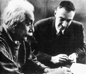 Einstein en Robert Oppenheimer speelden allebei een rol in het Manhattanproject
