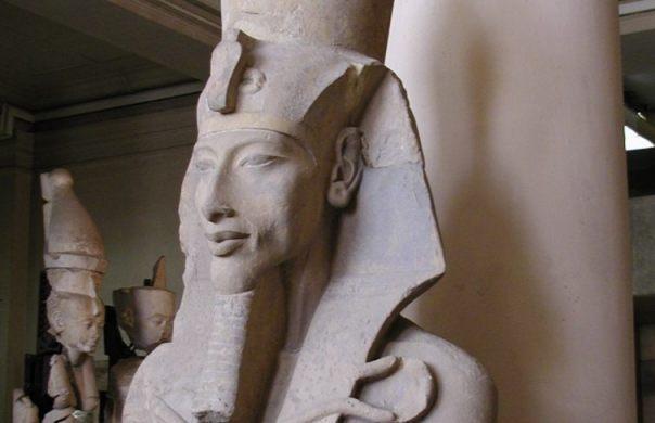 Buste van farao Achnaton (CC BY-SA 2.5 - wiki)