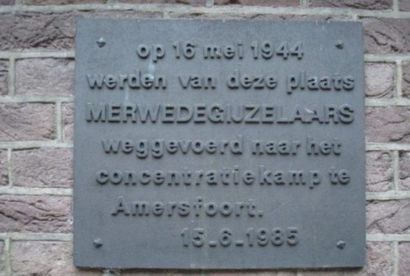 De plaquette voor de Merwedegijzelaars aan de Hervormde Kerk te Sliedrecht (Publiek Domein - wiki - Anja van der Starre)