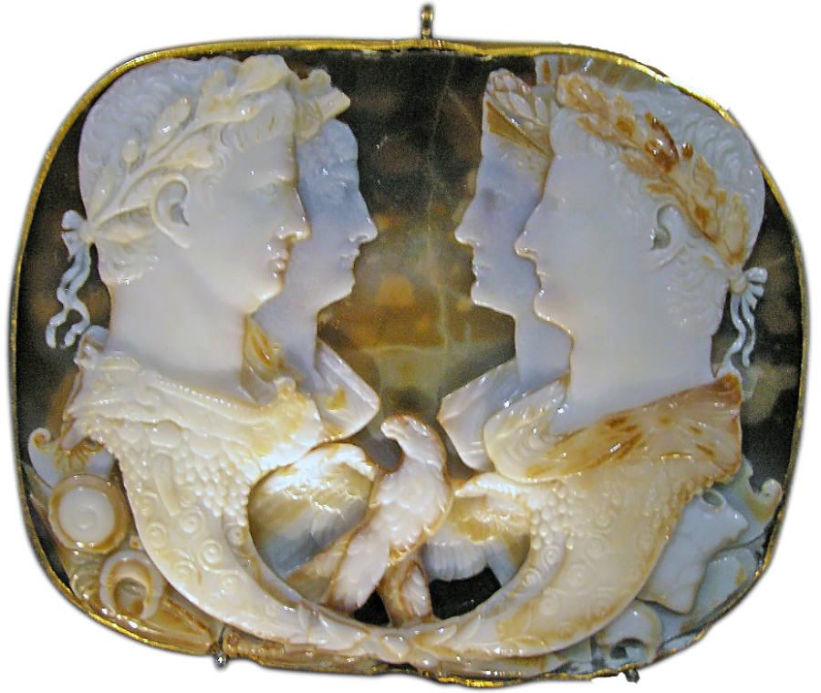 Camee met op de voorgrond Claudius (links) en Germanicus (rechts). Achter hen hun echtgenotes, Agrippina de jongere (links) en Agrippina de oudere (rechts)