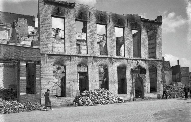 Bombardement op Middelburg - De uitgebrande St. Jorisdoelen (CC BY-SA 4.0 - RCE - wiki)