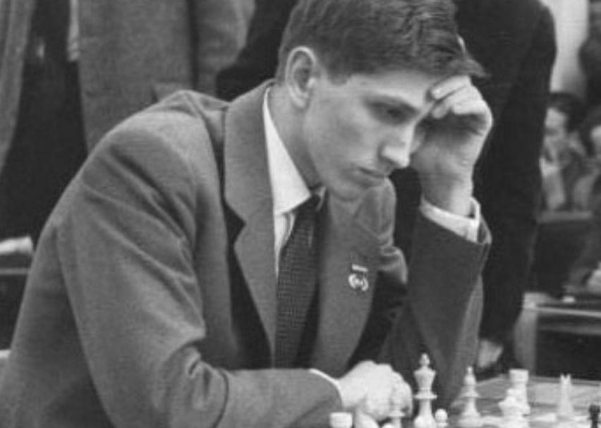 Fischer in 1960 tijdens de Schaakolympiade in Leipzig (CC BY-SA 3.0 de - wiki)