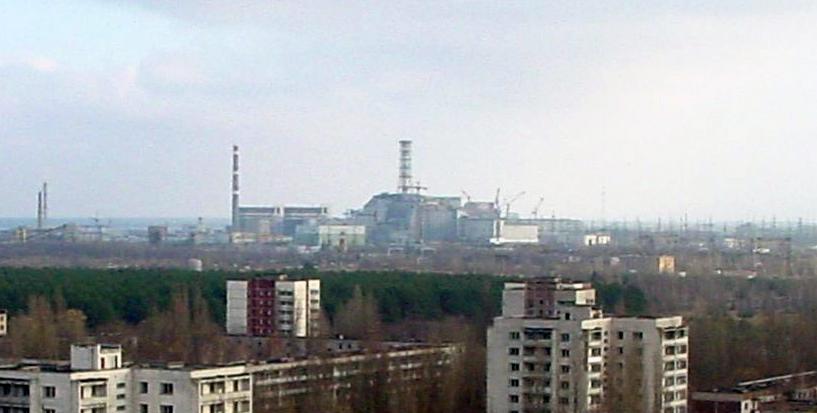 Pripjat met de kerncentrale van Tsjernobyl op de achtergrond