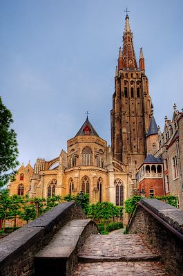 De Onze-Lieve-Vrouwekerk van Brugge, gezien vanaf de Bonifaciusbrug.
