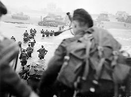De landing op Sword Beach. Doedelzakspeler Bill Millin is te zien op de voorgrond (Publiek Domein - wiki)