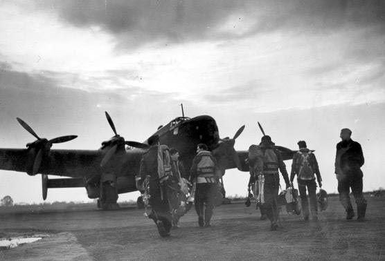 Enkele leden van Bomber Command kort voor een vlucht - Foto: Bomber Command Association