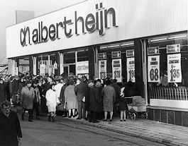 Eén van de eerste winkels uit de jaren '60 met het huidige logo. Foto: Ahold
