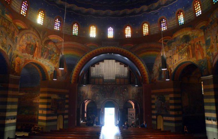 Interieur van de Cenakelkerk van Heilig Landstichting