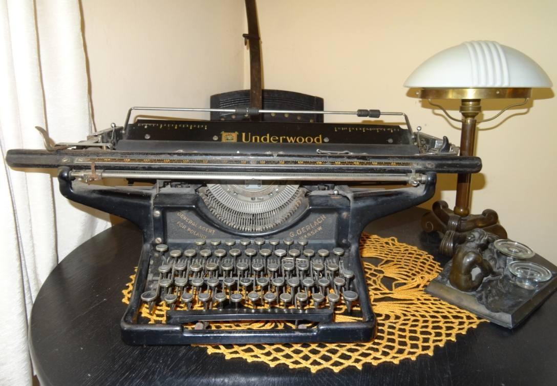 Underwood typemachine, voor 1939 (CC BY 3.0 - LukaszKatlewa - wiki)