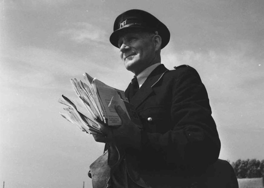 Een postbode op zijn ronde in 1954