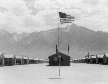 """""""Manzanar, een Amerikaans interneringskamp voor Japanners - Foto: Dorothea Lang, 1942 (wiki)"""