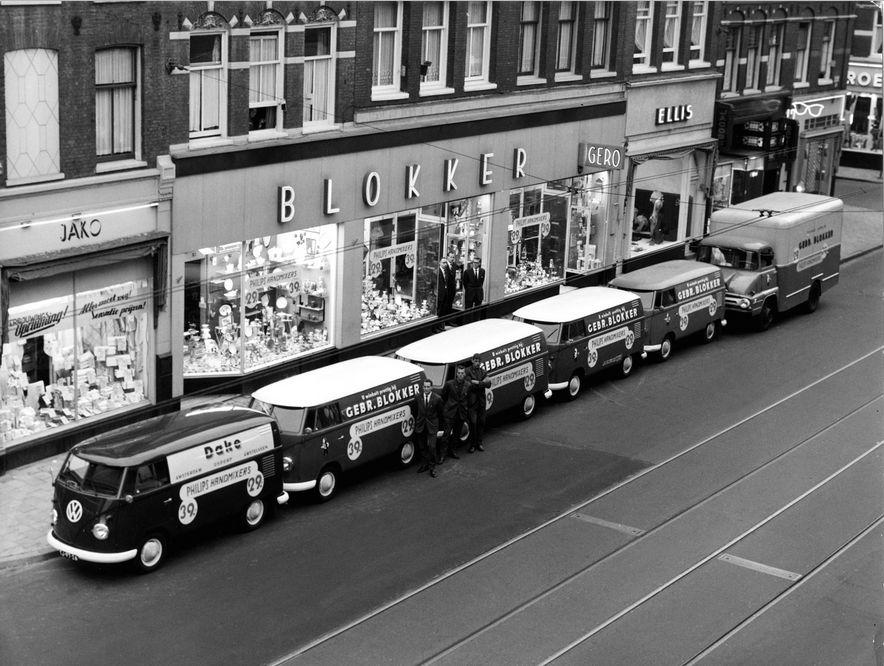 Blokker busjes voor het filiaal in de Amsterdamse Ferdinand Bolstraat in de jaren zestig – Foto: Blokker Holding
