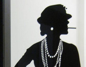Afbeelding van Coco Chanel in het Gemeentemuseum Den Haag (CC BY-SA 3.0 - Marion Golsteijn - wiki)