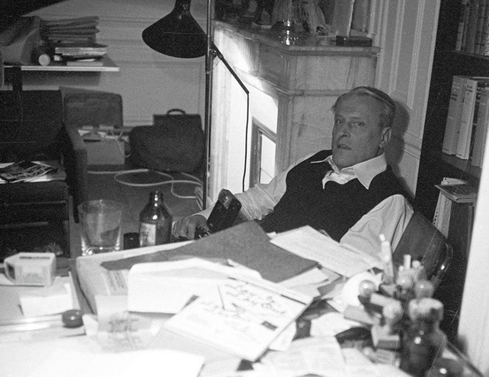 W.F. Hermans in zijn studeerkamer in Parijs, 1977 ( CC BY-SA 2.0 - wiki - Piet Schreuders)