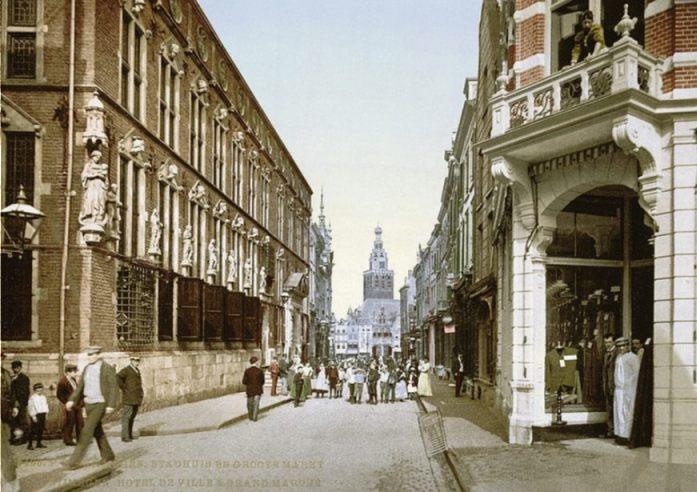 Het stadhuis van Nijmegen (links) rond 1900