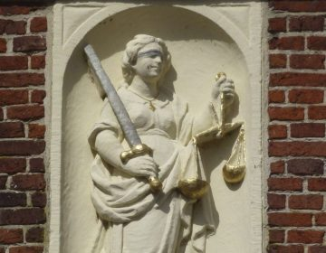 Justitia reliëf, Reghthuys in Nieuwkoop (CC BY-SA 4.0 - Agaath - wiki)