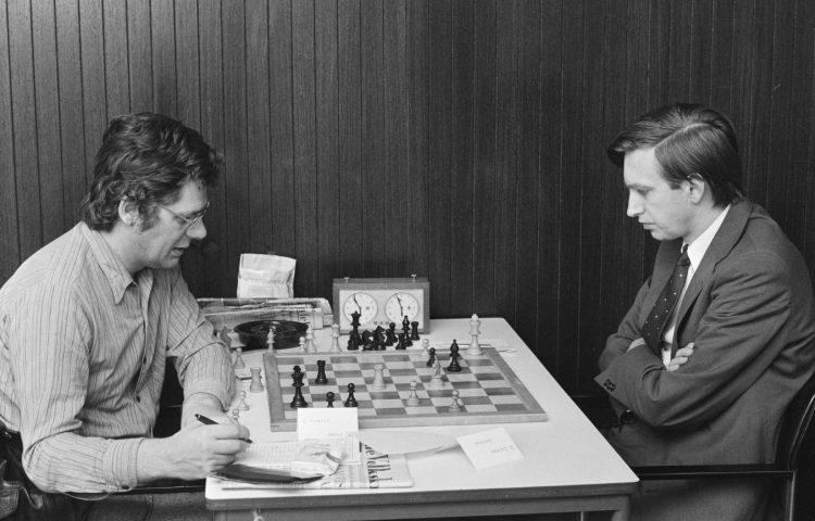 Lambert Giebels (links) tijdens het Hoogovenschaaktoernooi 1975 (CC0 - Anefo - wiki)