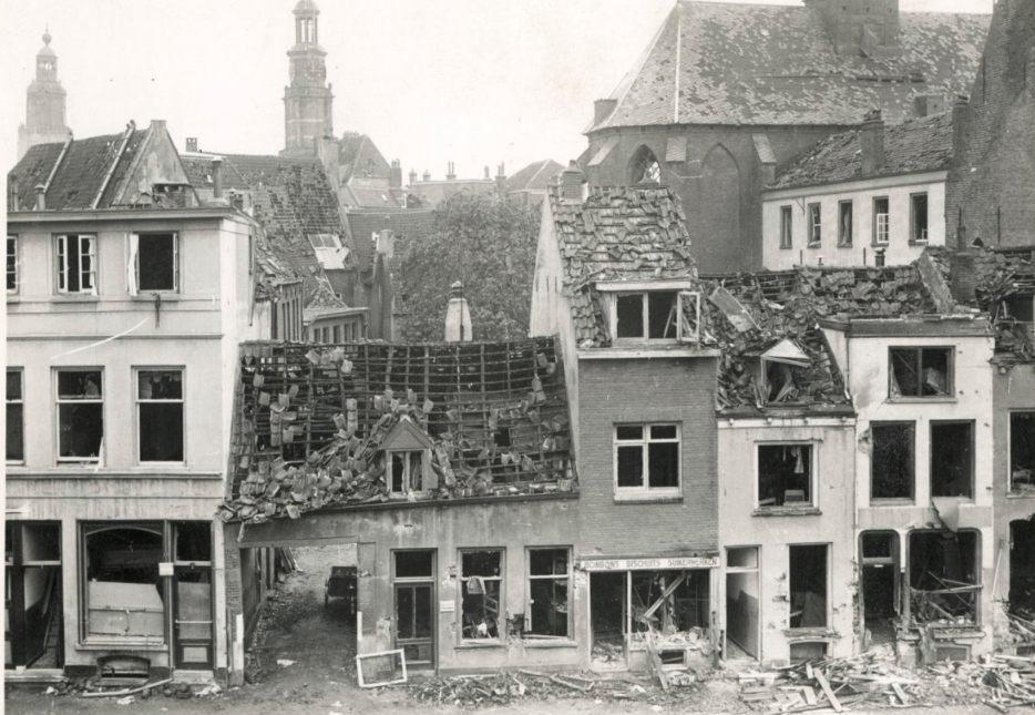 Gevels van huizen aan de Rozengracht in Zutphen, na het bombardement, foto uit 1945 (CC BY-SA 4.0 - RCE - wiki)