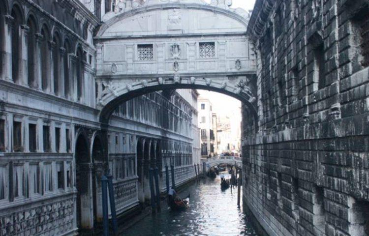 De Brug der zuchten in Venetië (CC BY-SA 3.0 - wiki)