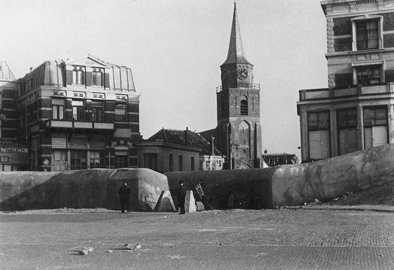 De pantsermuur langs de boulevard ter hoogte van de Keizerstraat, 1945. Collectie Muzee Scheveningen