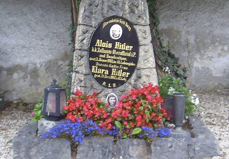 Graf van Hitlers ouders (Publiek Domein - wiki)