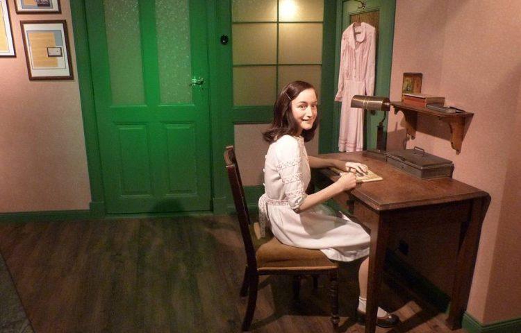 Beeld van Anne Frank bij Madame Tussauds (CC BY-SA 4.0 - Catatine - wiki)