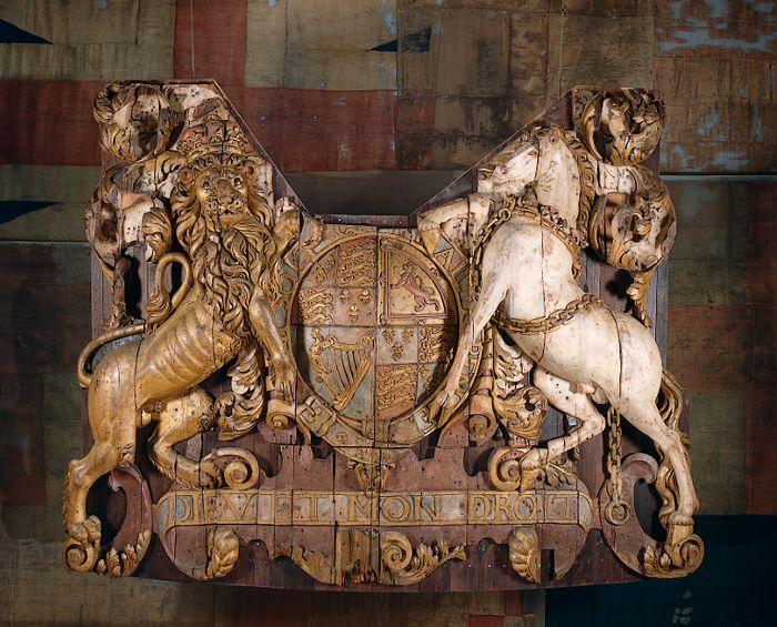 Spiegelversiering van de Royal Charles, nog altijd te zien in het Rijksmuseum