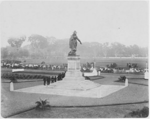 Militaire parade bij het standbeeld van Jan Pieterszoon Coen op het Waterlooplein in Batavia, 1898 - Tropenmuseum