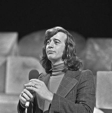 Robin Gibb in AVRO's TopPop, 1973 (CC BY-SA 3.0 - wiki - avro)