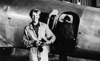 Amelia Earhart in 1937 voor haar Lockheed Electra