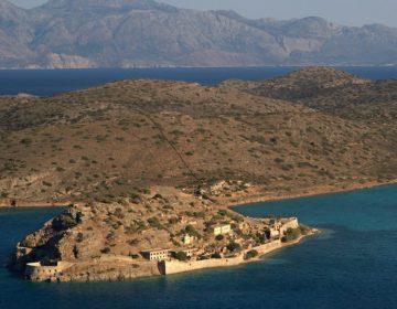 Het eiland Spinalonga vanuit de lucht. Het eiland ligt voor de kust van het veel grotere Griekse eiland Kreta. (CC BY-SA 3.0 - Ggia - wiki)