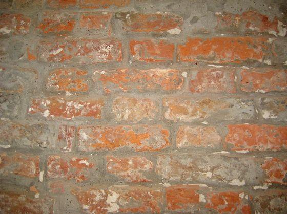 Kloostermoppen gemetseld in Vlaams verband met afwisselend de korte en lange kant zichtbaar – Foto: Monumenten & Archeologie