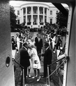 Nixon treedt af naar aanleiding van het Watergate-schandaal