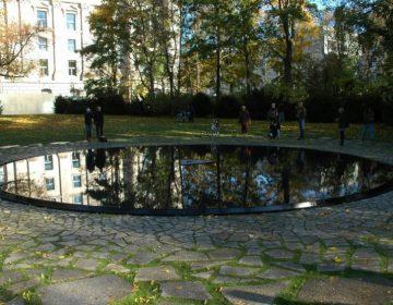 Monument voor de Sinti en Roma van Europa (CC BY 4.0 - Rolf Krahl - wiki)