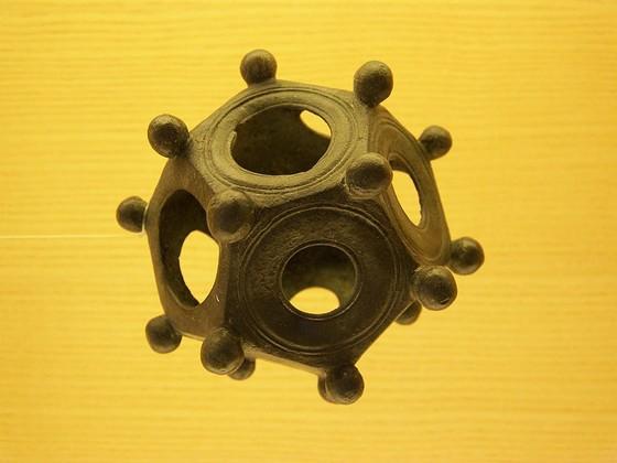 Dodecaëder die is gevonden in de ruïnes van Aventicum, bij Avenches, Zwitserland – Foto: CC/Woudloper