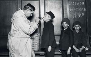 Na de overtocht naar New York wachtte op Ellis Island een grondige medische controle. Op de foto enkele migrantenkinderen bij aankomst in 1911