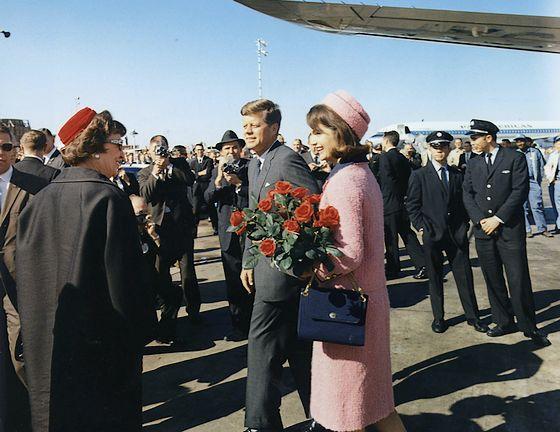 President John F. Kennedy en Jacqueline Kennedy op de luchthaven Love Field in Dallas, enkele uren voor de aanslag - Foto: Cecil W. Stoughton