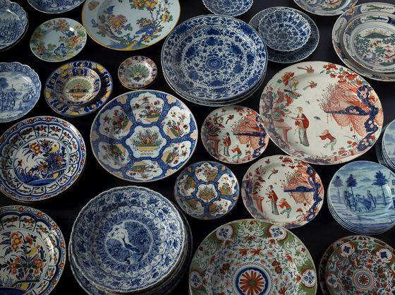 Een breed assortiment Delftse borden en schotels – 18e eeuw – (Collectie Gemeentemuseum Den Haag - Foto: Erik en Petra Hesmerg)